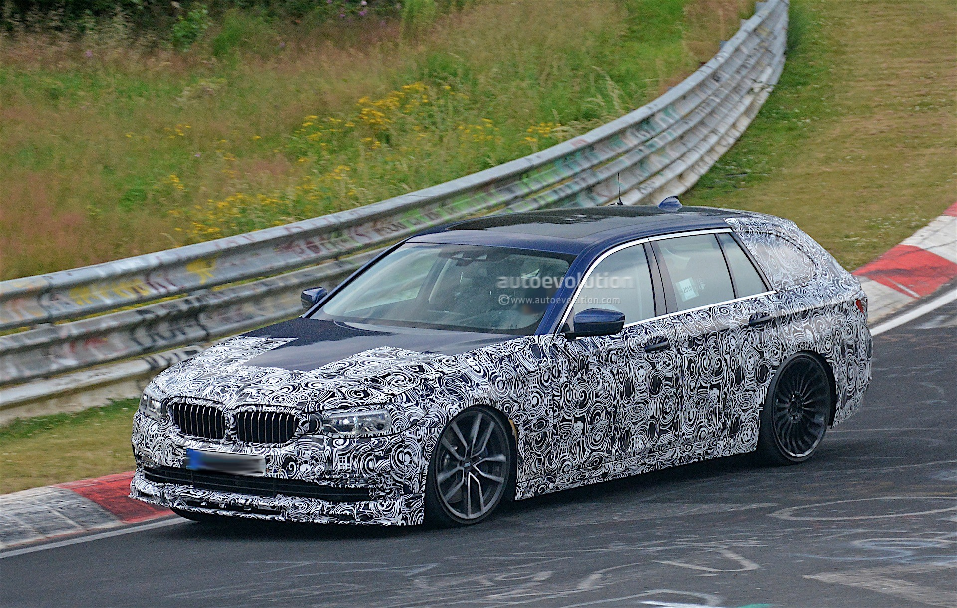 background - BMW M5 Touring? Jedine vďaka Alpine.
