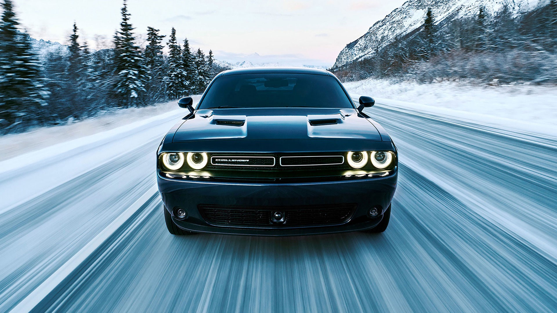 background - 4x4 svalovec Dodge Challenger?