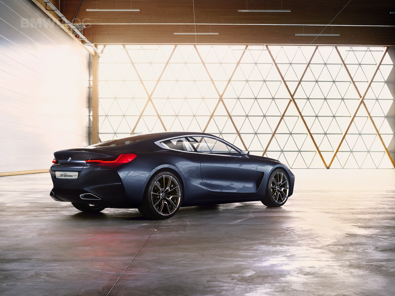background - BMW 8: Výhodný Aston Martin?