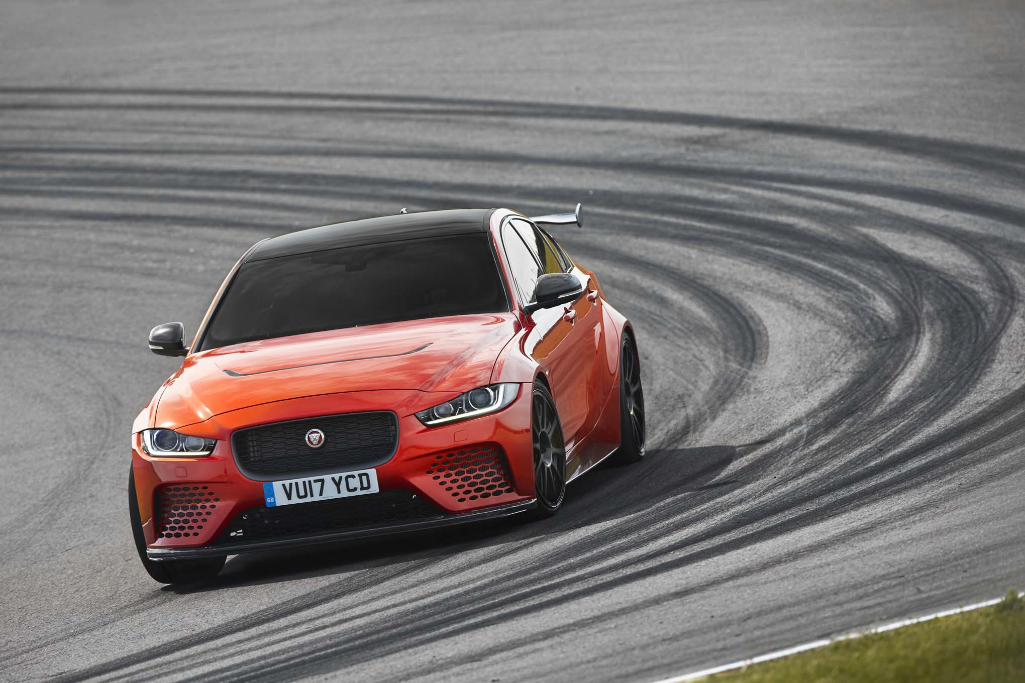 background - Jaguar XE SV Project 8: 600 koňová mačička!