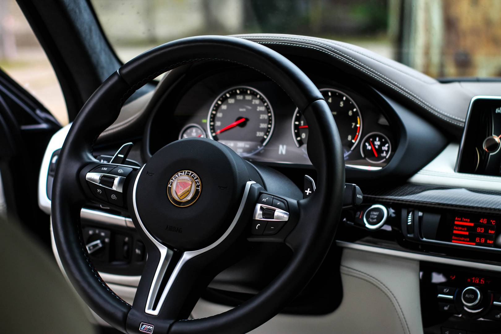 background - Manhart MHX6: 823 koní!