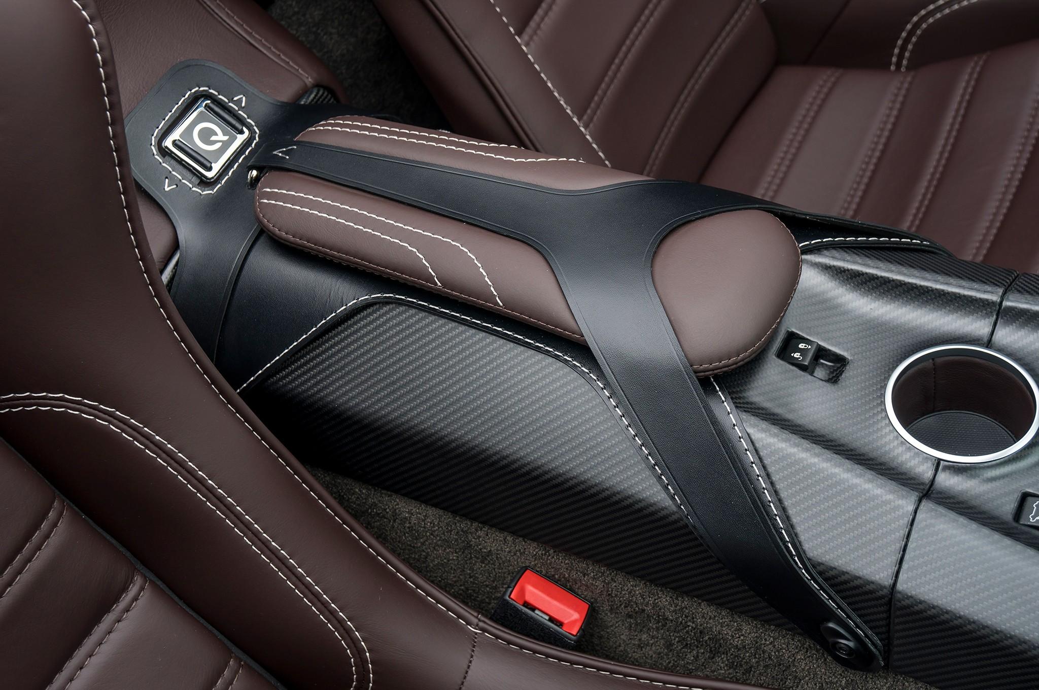 Aston Martin Vantage GT12 Roadster interiér