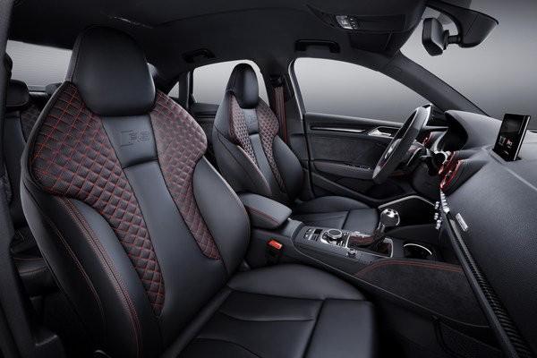 Audi RS3 sedan interiér