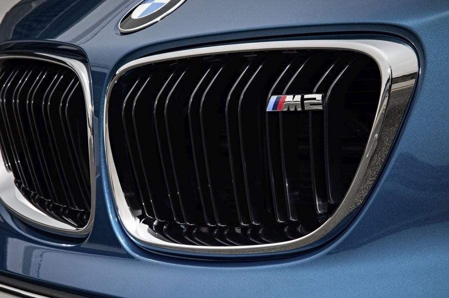 Tyipické logo M na masce chladiče